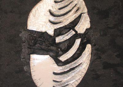 AL-DI-LA-DEL-MURO,-ceramoca-raku,-su-stoffa,-quadro-scultura,-cm-70x70